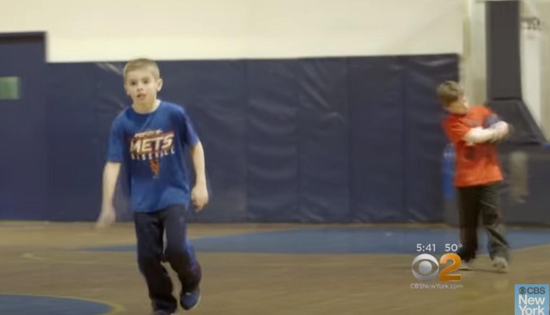 スポーツをする脳性麻痺の子供
